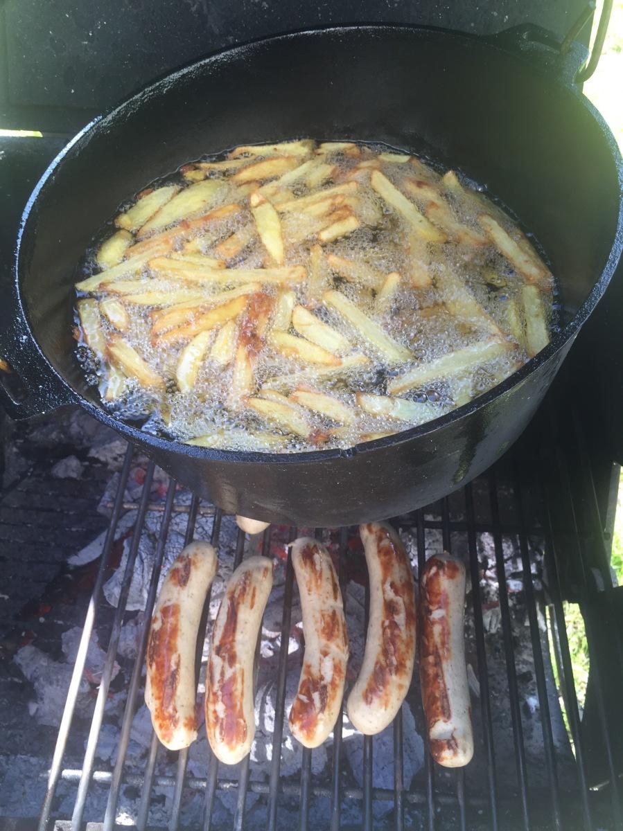 Currywurst Pommes vom Smoker/Dutch Oven