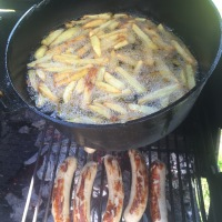 Currywurst Pommes vom Smoker/Dutch Oven